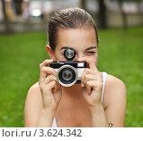 Купить «Девушка с фотоаппаратом на природе», фото № 3624342, снято 15 июня 2012 г. (c) Дарья Петренко / Фотобанк Лори