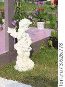 Купить «Ландшафтный дизайн. Садово-парковая скульптура в виде ангела», фото № 3626778, снято 22 июня 2012 г. (c) Надежда Глазова / Фотобанк Лори