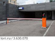 Купить «Опущенный шлагбаум со светофором на въезде в подземный паркинг», фото № 3630070, снято 27 июня 2012 г. (c) Родион Власов / Фотобанк Лори