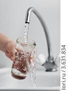 Купить «Стеклянный стакан в руке под струей холодной воды из кухонного крана», фото № 3631834, снято 21 февраля 2012 г. (c) Илья Андриянов / Фотобанк Лори