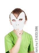 Купить «Мальчик в зеленой футболке с театральной маской на белом фоне», фото № 3633586, снято 17 февраля 2011 г. (c) Losevsky Pavel / Фотобанк Лори