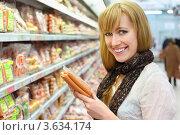 Купить «Девушка покупает сосиски в магазине», фото № 3634174, снято 11 марта 2011 г. (c) Losevsky Pavel / Фотобанк Лори