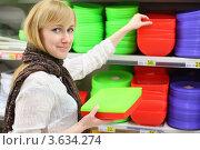 Купить «Девушка выбирает пластиковую посуду», фото № 3634274, снято 11 марта 2011 г. (c) Losevsky Pavel / Фотобанк Лори
