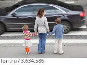Купить «Мама с двумя детьми возле пешеходного перехода», фото № 3634586, снято 29 мая 2010 г. (c) Losevsky Pavel / Фотобанк Лори