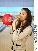 Купить «Молодая девушка с шаром для боулинга пьет воду из пластиковой бутылки», фото № 3634778, снято 21 июня 2011 г. (c) Losevsky Pavel / Фотобанк Лори