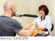 Купить «Улыбающаяся женщина делает маникюр мужчине в салоне красоты», фото № 3635270, снято 18 мая 2011 г. (c) Losevsky Pavel / Фотобанк Лори