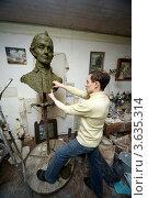 Купить «Скульптор в мастерской работает над пластилиновым макетом бюста А.В. Суворова», фото № 3635314, снято 29 марта 2011 г. (c) Losevsky Pavel / Фотобанк Лори