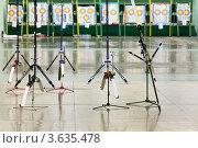 Купить «Спортивные луки на подставках на фоне мишеней в зале для стрельбы», фото № 3635478, снято 2 апреля 2011 г. (c) Losevsky Pavel / Фотобанк Лори