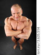 Купить «Полуобнаженный мускулистый мужчина с улыбкой на лице смотрит снизу вверх», фото № 3635514, снято 2 апреля 2011 г. (c) Losevsky Pavel / Фотобанк Лори