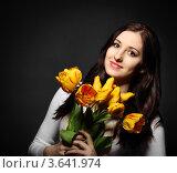 Купить «Портрет шатенки с букетом желтых тюльпанов», фото № 3641974, снято 19 марта 2012 г. (c) Дарья Петренко / Фотобанк Лори