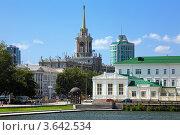 Вид с пруда на здание мэрии Екатеринбурга (2011 год). Редакционное фото, фотограф Михаил Марковский / Фотобанк Лори