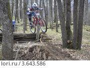 Спортсмен на велосипеде прыгает через препятствие (2012 год). Редакционное фото, фотограф Андрей Дюжечкин / Фотобанк Лори