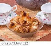 Купить «Две фарфоровые чашки и тарелка с булочками на бамбуковой салфетке», фото № 3648522, снято 5 июля 2012 г. (c) Михаил Никитин / Фотобанк Лори