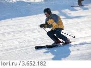 Купить «Лыжник спускается с горы на большой скорости на горнолыжном курорте», фото № 3652182, снято 10 марта 2012 г. (c) Николай Винокуров / Фотобанк Лори