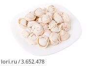 Тарелка с морожеными пельменями, изолировано на белом фоне. Стоковое фото, фотограф Алексей Омельянович / Фотобанк Лори