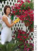 Купить «Девушка ландшафтный дизайнер за работой на веранде загородного дома», фото № 3653142, снято 6 июля 2012 г. (c) Надежда Глазова / Фотобанк Лори