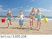 Купить «Четверо детей бегут по пляжу», фото № 3655234, снято 27 августа 2010 г. (c) Monkey Business Images / Фотобанк Лори