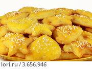 Желтое печенье с кунжутом на тарелке. Стоковое фото, фотограф Ольга Деева / Фотобанк Лори