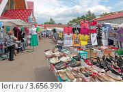 Купить «Торговые ряды на рынке в Волоколамске», эксклюзивное фото № 3656990, снято 23 июня 2012 г. (c) Сергей Соболев / Фотобанк Лори