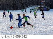 Молодые спортсмены играют в футбол зимой (2009 год). Редакционное фото, фотограф Александр Довянский / Фотобанк Лори