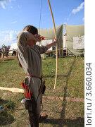 Купить «Лучник стреляющий двумя стрелами из лука, реконструкция. Нашествие», фото № 3660034, снято 7 июля 2012 г. (c) Михеев Алексей / Фотобанк Лори
