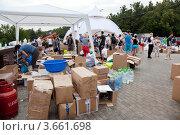 Купить «Пункт сбора гуманитарной помощи для пострадавших от наводнения на Кубани», эксклюзивное фото № 3661698, снято 11 июля 2012 г. (c) Наталья Волкова / Фотобанк Лори