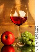 Композиция с бокалом красного вина, яблоком и виноградом. Стоковое фото, фотограф Виктор Топорков / Фотобанк Лори