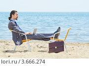 Купить «Бизнесмен работает на ноутбуке на пляже», фото № 3666274, снято 12 мая 2012 г. (c) Elnur / Фотобанк Лори