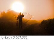 Купить «Мужчина рыбак идёт по дороге ранним туманным утром», эксклюзивное фото № 3667370, снято 5 июня 2012 г. (c) Игорь Низов / Фотобанк Лори
