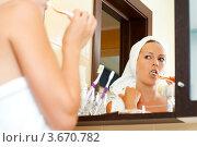 Девушка чистит зубы перед зеркалом. Стоковое фото, фотограф katalinks / Фотобанк Лори