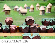 Мёд в кувшинчиках на фоне пасеки (2012 год). Редакционное фото, фотограф Алан Мамуков / Фотобанк Лори