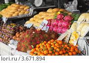 Купить «Фрукты на прилавке тайского рынка», фото № 3671894, снято 9 января 2012 г. (c) pzAxe / Фотобанк Лори