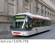 Купить «Городской транспорт – троллейбус.  Лион, Франция.», фото № 3676718, снято 10 июля 2012 г. (c) Иван Марчук / Фотобанк Лори