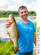 Купить «Пойманный крупный Язь в руках рыбака на фоне реки. Фокус на рыбе.», эксклюзивное фото № 3678902, снято 18 июля 2012 г. (c) Игорь Низов / Фотобанк Лори