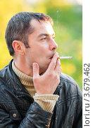Купить «Мужчина смотрит в сторону и курит сигарету на улице», эксклюзивное фото № 3679462, снято 3 июня 2012 г. (c) Игорь Низов / Фотобанк Лори