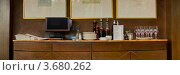 Буфет с посудой и бутылками в ресторане. Стоковое фото, фотограф Юрий Селиванов / Фотобанк Лори
