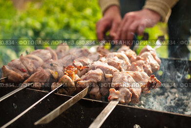 Приготовление шашлыка на мангале