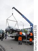 Погрузка автомобиля на эвакуатор (2012 год). Редакционное фото, фотограф А. А. Пирагис / Фотобанк Лори