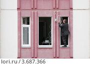Установка спутниковой антенны (2011 год). Редакционное фото, фотограф Алексей Судариков / Фотобанк Лори