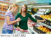 Купить «Две женщины выбирают продукты в супермаркете», фото № 3687882, снято 18 июня 2012 г. (c) Дмитрий Калиновский / Фотобанк Лори