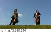 Купить «Трое музыкантов играют на скрипке и виолончели», видеоролик № 3688254, снято 1 апреля 2010 г. (c) Losevsky Pavel / Фотобанк Лори