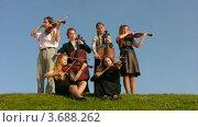 Купить «Музыканты струнного секстета играют на холме», видеоролик № 3688262, снято 1 апреля 2010 г. (c) Losevsky Pavel / Фотобанк Лори