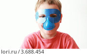 Купить «Мальчик надевает маску с голубым носом и поворачивает голову», видеоролик № 3688454, снято 1 мая 2010 г. (c) Losevsky Pavel / Фотобанк Лори