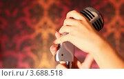 Купить «Женские руки лежат на микрофоне», видеоролик № 3688518, снято 14 марта 2010 г. (c) Losevsky Pavel / Фотобанк Лори