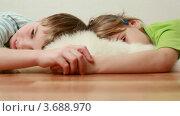 Купить «Дети лежат на пушистой подстилке, держась за руки», видеоролик № 3688970, снято 10 июля 2010 г. (c) Losevsky Pavel / Фотобанк Лори