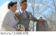 Купить «Жених с невестой стоят на свежем воздухе», видеоролик № 3688978, снято 19 марта 2010 г. (c) Losevsky Pavel / Фотобанк Лори