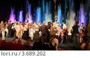 Купить «Дети и взрослые стоят на сцене и смотрят на фонтаны», видеоролик № 3689202, снято 10 июля 2010 г. (c) Losevsky Pavel / Фотобанк Лори