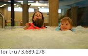 Купить «Женщина и дети купаются в джакузи в аквапарке», видеоролик № 3689278, снято 11 июля 2010 г. (c) Losevsky Pavel / Фотобанк Лори