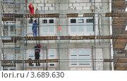 Купить «Строители работают на стройке», видеоролик № 3689630, снято 15 мая 2010 г. (c) Losevsky Pavel / Фотобанк Лори
