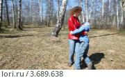 Сын бежит к матери в весеннему лесу. Стоковое видео, видеограф Losevsky Pavel / Фотобанк Лори